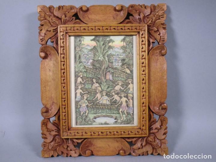 PRECIOSO PAISAJE DE BALI ARTE, MARCO MADERA TALLADO BELLAS ORNAMENTACIONES, APROX. 29,5 X 25 CM (Arte - Arte Religioso - Pintura Religiosa - Oleo)