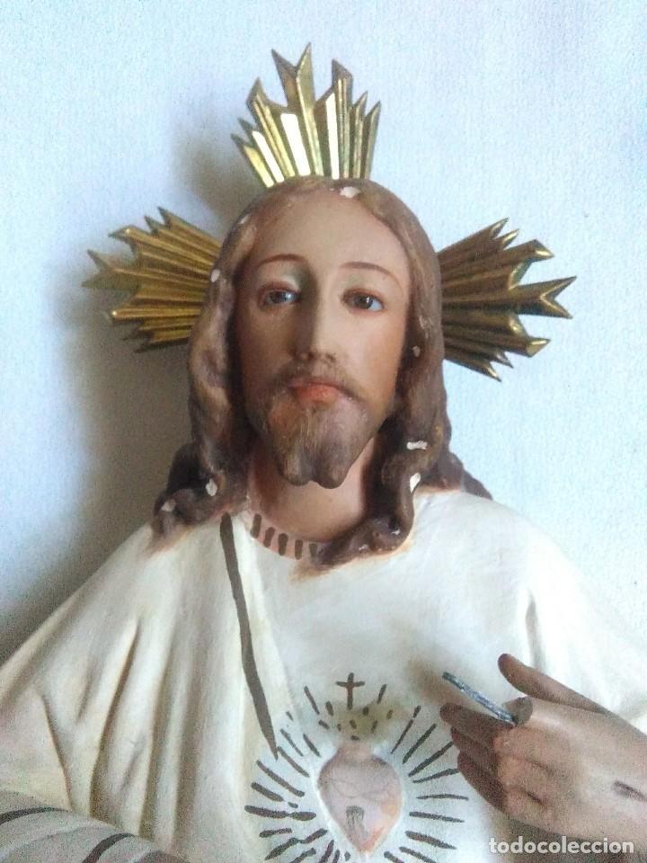 FIGURA DE ESTUCO SAGRADO CORAZON DE JESUS ENTRONIZADO.OJOS DE CRISTAL.SELLO EL RENACIMIENTO OLOT (Arte - Arte Religioso - Escultura)