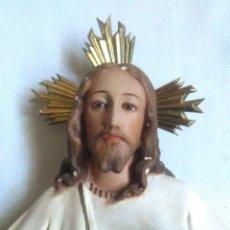 Arte: FIGURA DE ESTUCO SAGRADO CORAZON DE JESUS ENTRONIZADO.OJOS DE CRISTAL.SELLO EL RENACIMIENTO OLOT. Lote 213246372