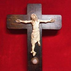 Arte: CRISTO TALLADO EN HUESO - CRUZ DE MADERA. Lote 213432627