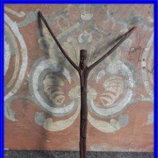 Arte: CRISTO DE MADERA ESCULTURA CON RAMA DE ARBOL. Lote 216477143