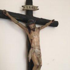Arte: TALLA ANTIGUA - ESCULTURA RELIGIOSA DE MADERA - CRISTO ANTIGUO CON CRUZ Y PEANA. Lote 218263782