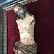 Arte: ANTIGUA TALLA DE CRISTO - SOBRE TERCIOPELO EN MARCO DE MADERA - SIGLO XVII. Lote 218962776