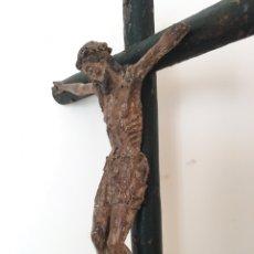 Arte: TALLA ANTIGUA DE CRISTO EN LA CRUZ - CRUZ Y PEANA DE MADERA - ESCULTURA RELIGIOSA - SIGLO XVI. Lote 219268567