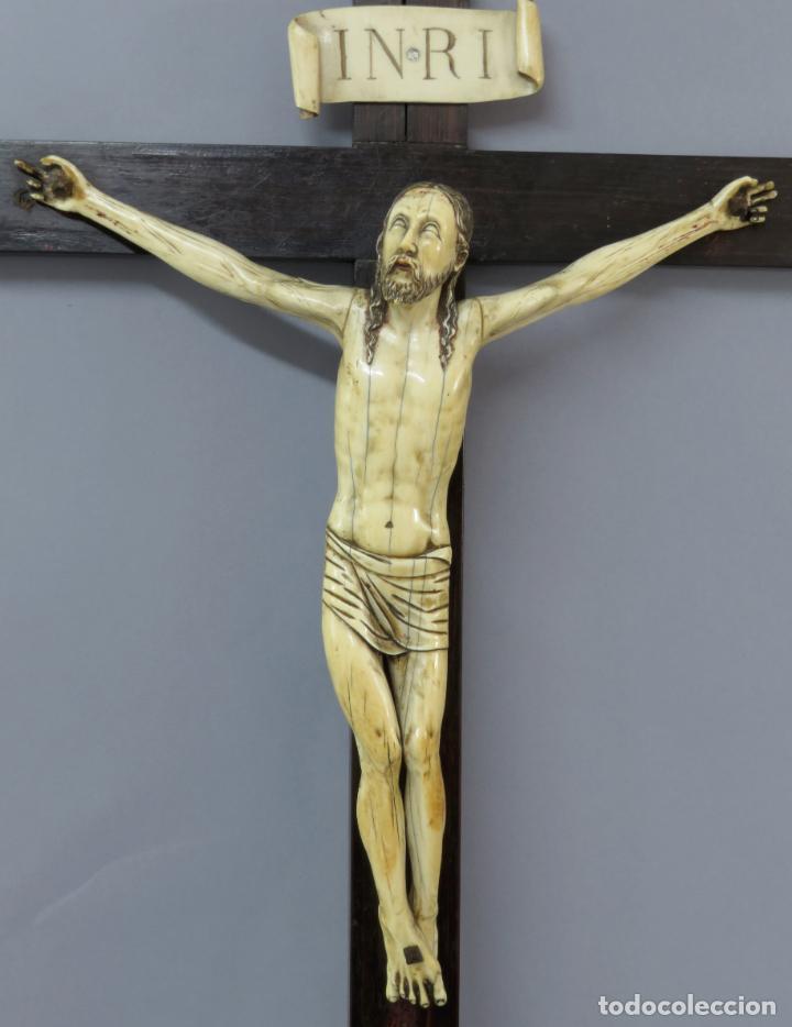Arte: Talla Cristo crucificado en cruz cabeza y heridas policromadas escuela Hispano Filipina siglo XVII - Foto 2 - 221261603