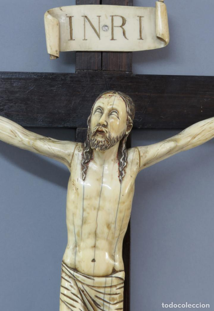 Arte: Talla Cristo crucificado en cruz cabeza y heridas policromadas escuela Hispano Filipina siglo XVII - Foto 3 - 221261603