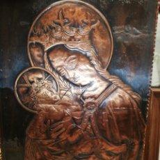 Arte: ANTIGUO CUADRO VIRGEN EN METAL SOBRE TABLA DE MADERA.. BELLÍSIMO... Lote 221389026