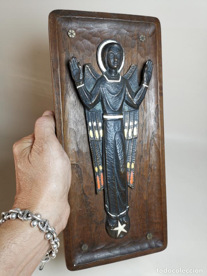 NUET MARTÍ (BARCELONA, 1914-1998) PRECIOSO BRONCE ESMALTADO . ANGEL DE LA GUARDA PROTECTOR (Arte - Arte Religioso - Escultura)