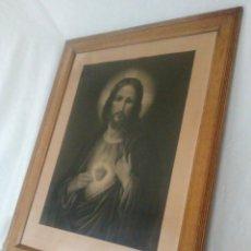 Arte: GRABADO DEL SAGRADO CORAZÓN DE JESÚS EN PRECIOSO MARCO DE ESTUCO SOBRE MADERA.. Lote 221991841