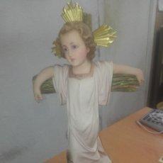 Arte: NIÑO JESÚS EN LA CRUZ AÑOS 40, ARTES RELIGIOSAS OLOT ESTUCO POLICROMADO, BUEN ESTADO. MED. 32 CM. Lote 224474801