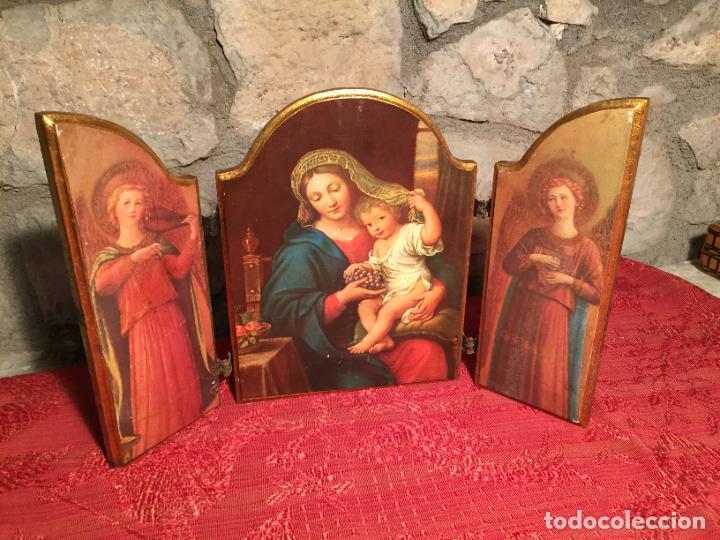 ANTIGUO TRIPTICO DE MADERA CON LÁMINAS DE LA VIRGEN MARIA Y ANGELES AÑOS 60-70 (Arte - Arte Religioso - Trípticos)