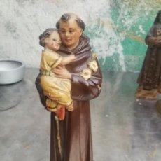 Arte: ANTIGUA FIGURA ESTUCO SAN ANTONIO DE PADUA CON NIÑO JESUS SELLO OLOT 22 CM... Lote 226397450