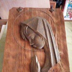 Arte: LA VIRGEN EN BRONCE SOBRE TABLA DE MADERA. Lote 228598175