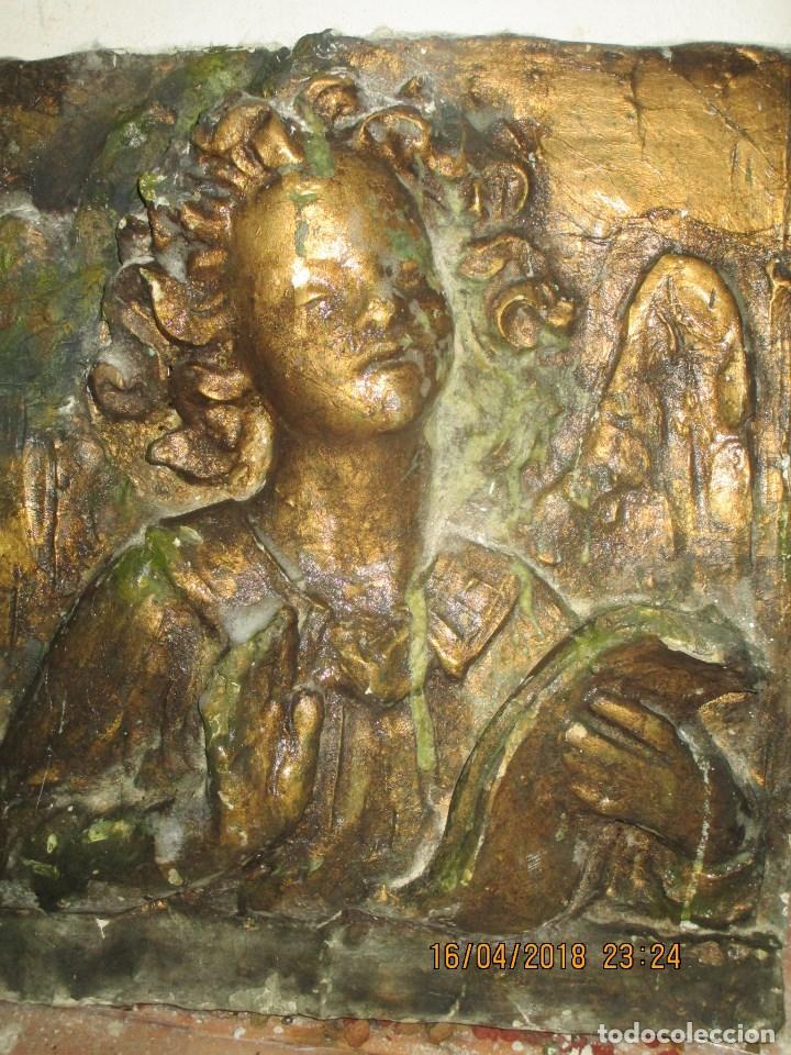 RETABLO RELIGIOSO DE ESTUCO DE YESO O ESCAYOLA ANGEL MUY PESADO CON MADERA EN REVERSO (Arte - Arte Religioso - Retablos)