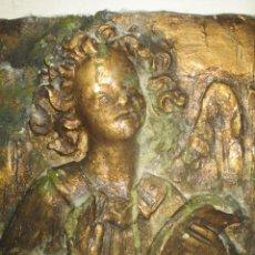 Arte: RETABLO RELIGIOSO DE ESTUCO DE YESO O ESCAYOLA ANGEL MUY PESADO CON MADERA EN REVERSO. Lote 144594262