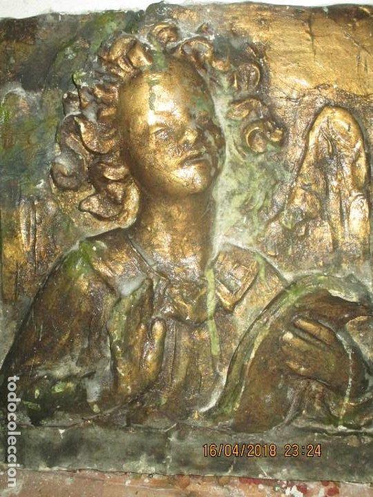 Arte: RETABLO RELIGIOSO DE ESTUCO DE YESO O ESCAYOLA ANGEL MUY PESADO CON MADERA EN REVERSO - Foto 2 - 144594262