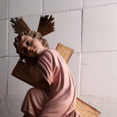 Arte: ANTIGUA FIGURA DE OLOT ,PRECIOSO NIÑO JESUS APOYADO EN LA CRUZ , SELLADO. Lote 234550040