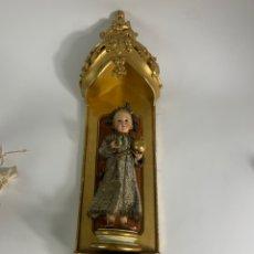 Arte: NIÑO JESUS DE LA BOLA EN TALLA DE MADERA POLICROMADA CAP I POTA CON CAPILLA DORADA AL ORO. S.XIX.. Lote 235065215