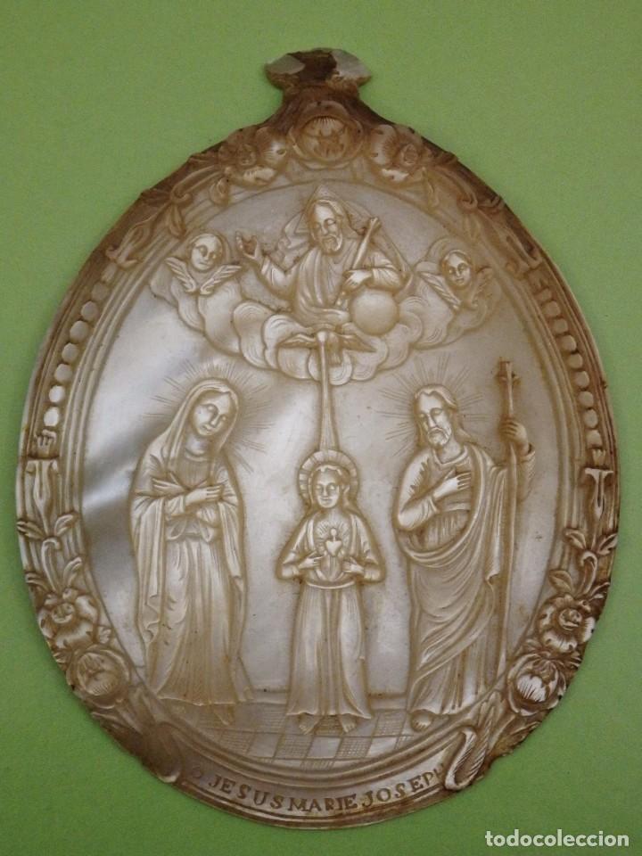 CONCHA DE NÁCAR TALLADA. BAJORRELIEVE REPRESENTANDO A LA SAGRADA FAMILIA. PPS. S. XX. MED:10 X 7,5 (Arte - Arte Religioso - Escultura)