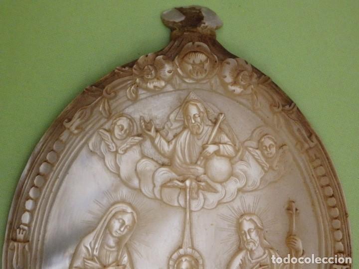Arte: Concha de nácar tallada. Bajorrelieve representando a la Sagrada Familia. Pps. S. XX. Med:10 x 7,5 - Foto 2 - 235188165