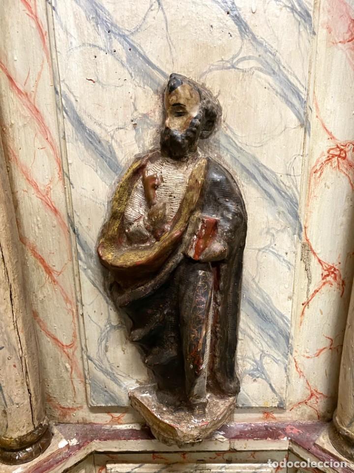 Arte: Antiguo sagrario de nogal policromado, oro fino. Siglo XVI. Cristo resucitado, San Pedro y San Pablo - Foto 4 - 235492930