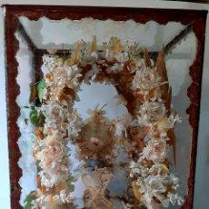 Arte: ANTIGUO ALTAR RETABLO EN FILIGRANA Y FLORES Y CERAS, CON NIÑO JESUS ,EN VITRINA SIGLO 19 -RELICARIO. Lote 236963085