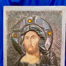 Arte: BELLO ANTIGUO ICONO JESUCRISTO REVESTIDO METAL PLATEADO Y PIEDRAS. Lote 241689705