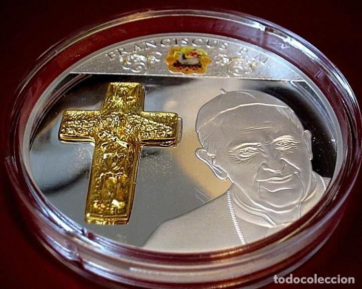 BONITA MONEDA XXL 70 MM CONMEMORATIVA AL PAPA FRANCISCO DE LA CIUDAD DEL VATICANO (Arte - Arte Religioso - Escultura)