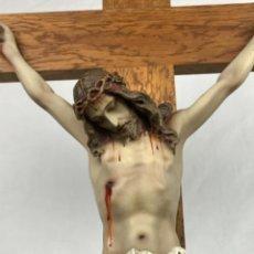 Arte: ARTE CRISTIANO (94CM ALT) CRISTO EN PASTA DE MADERA Y CRUZ DE ROBLE. POSIBLE DE OLOT. Lote 243888990