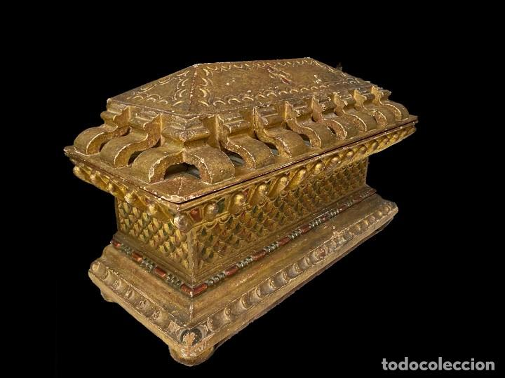 Arte: Antigua arqueta, cobre, baúl, arca, caja dorada al oro fino. Sacristía. Barroca. XVIII. 74x50x32 - Foto 2 - 244859665