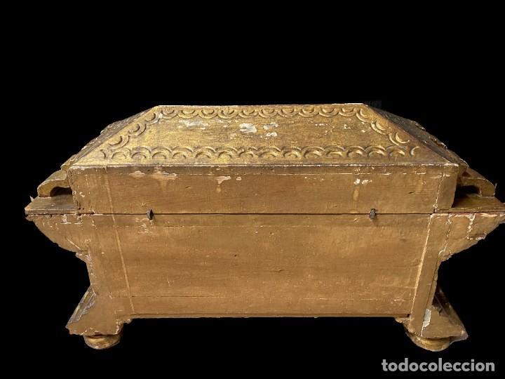 Arte: Antigua arqueta, cobre, baúl, arca, caja dorada al oro fino. Sacristía. Barroca. XVIII. 74x50x32 - Foto 3 - 244859665