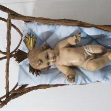 Arte: ANTIGUO NIÑO JESUS EN CUNA DE MADERA OLOT, OJOS DE CRISTAL, CIRCA 1920. Lote 245298335