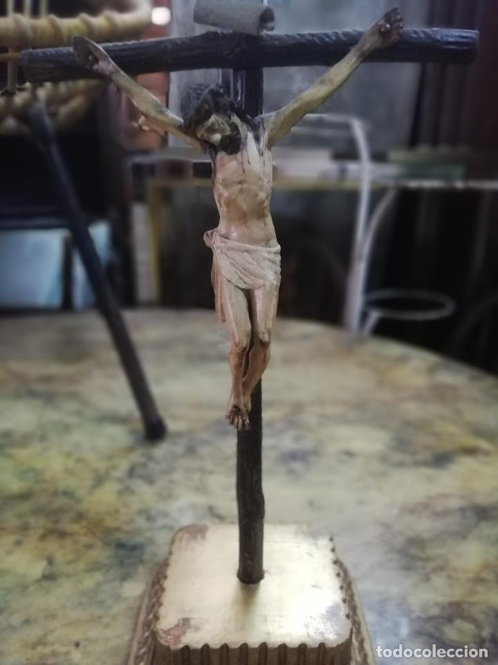 CRISTO CRUCIFICADO. MADERA TALLADA Y POLICROMADA. FIRMADA L. MARTÍN. (Arte - Arte Religioso - Escultura)