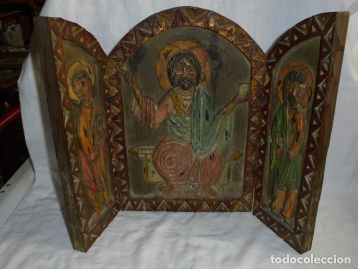 ANTIGUO TRIPTICO RELIGIOSO EN MADERA TALLADA Y BISAGRAS DE HIERRO (Arte - Arte Religioso - Trípticos)