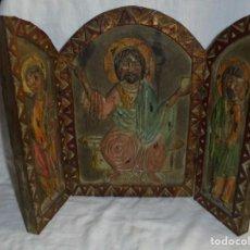 Arte: ANTIGUO TRIPTICO RELIGIOSO EN MADERA TALLADA Y BISAGRAS DE HIERRO. Lote 255563385