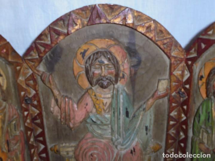 Arte: ANTIGUO TRIPTICO RELIGIOSO EN MADERA TALLADA Y BISAGRAS DE HIERRO - Foto 2 - 255563385