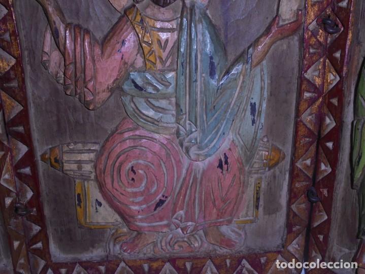 Arte: ANTIGUO TRIPTICO RELIGIOSO EN MADERA TALLADA Y BISAGRAS DE HIERRO - Foto 3 - 255563385