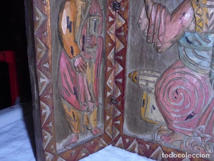 Arte: ANTIGUO TRIPTICO RELIGIOSO EN MADERA TALLADA Y BISAGRAS DE HIERRO - Foto 4 - 255563385