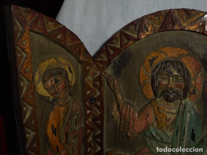 Arte: ANTIGUO TRIPTICO RELIGIOSO EN MADERA TALLADA Y BISAGRAS DE HIERRO - Foto 5 - 255563385