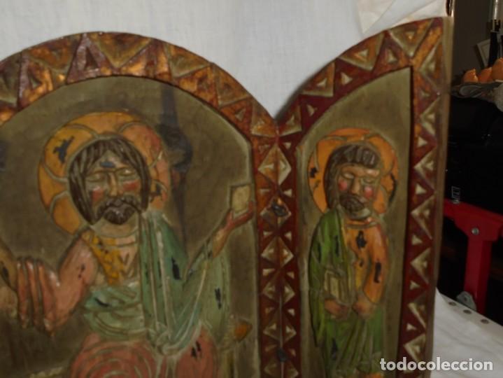 Arte: ANTIGUO TRIPTICO RELIGIOSO EN MADERA TALLADA Y BISAGRAS DE HIERRO - Foto 6 - 255563385