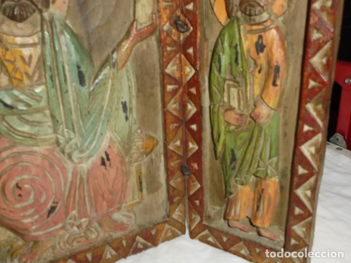 Arte: ANTIGUO TRIPTICO RELIGIOSO EN MADERA TALLADA Y BISAGRAS DE HIERRO - Foto 7 - 255563385