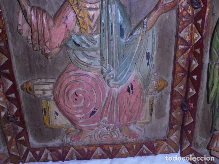 Arte: ANTIGUO TRIPTICO RELIGIOSO EN MADERA TALLADA Y BISAGRAS DE HIERRO - Foto 9 - 255563385