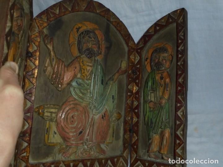 Arte: ANTIGUO TRIPTICO RELIGIOSO EN MADERA TALLADA Y BISAGRAS DE HIERRO - Foto 11 - 255563385