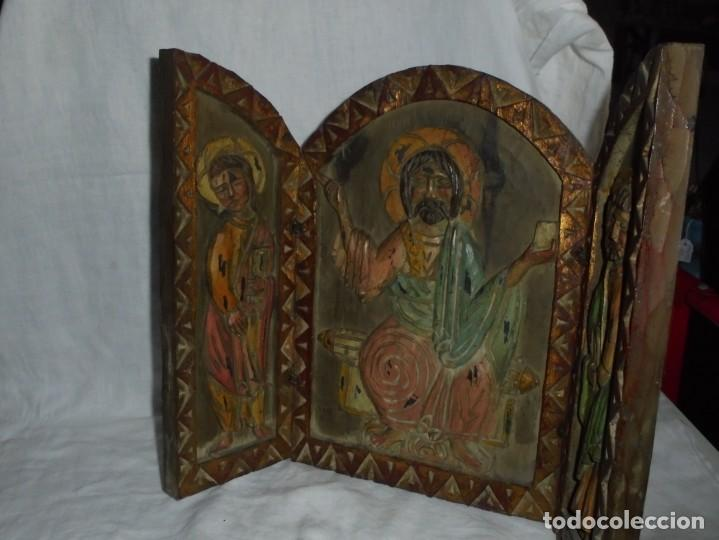 Arte: ANTIGUO TRIPTICO RELIGIOSO EN MADERA TALLADA Y BISAGRAS DE HIERRO - Foto 12 - 255563385