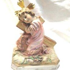Arte: NIÑO JESÚS EN LA CRUZ, OJOS CRISTAL, ESTUCO POLICROMADO, SELLO EL SANTO CRISTO OLOT AÑOS 50. Lote 293735833