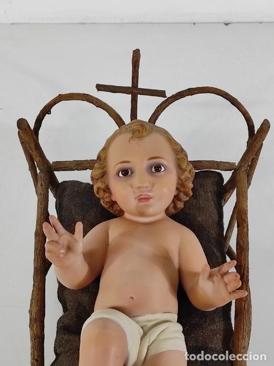 NIÑO JESÚS CON CUNA - ESTUCO POLICROMADO - SELLO DIMOSA, OLOT - ALTURA NIÑO 35 CM (Arte - Arte Religioso - Escultura)
