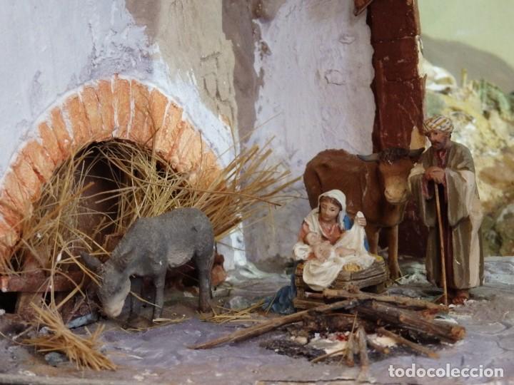 PORTAL DE BELÉN O NATIVIDAD. GRAN CAJA DE MADERA TALLADA. MIDE 56 X 36 CM. PPS. S. XX. (Arte - Arte Religioso - Escultura)