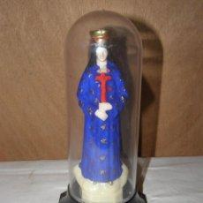 Arte: VINTAGE: STATUETTE DE LA VIERGE MARIE SOUS CLOCHE PLASTIQUE HAUTEUR 19CM. Lote 268943909