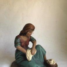 Arte: ANTIGURA FIGURA DE BELEN DE OLOT , LAVANDERA , 15 CM ALTA , TALLERES DE OLOT. Lote 269296433