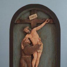 Arte: SAN FRANCISCO ABRAZANDO A CRISTO EN LA CRUZ. RELIEVE DE MADERA TALLADA. MIDE 68 X 41 CM. S. XX.. Lote 272142768